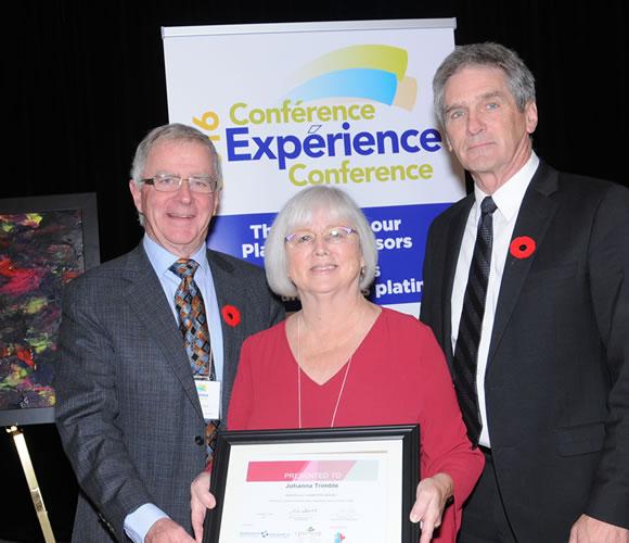 Johanna Trimble, bénévole championne de la sécurité des patients                 Dr. Brian Wheelock (ICSP), Johanna Trimble, (Réseau de consultation publique de Vancouver Coastal Health), et John McGarry (SoinsSantéCAN)